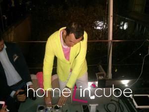 Designér Karim Rashid v rolu DJ.
