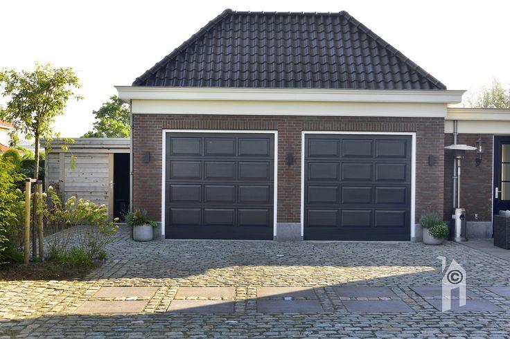 Dubbele garage die een kleine zoldering heeft.