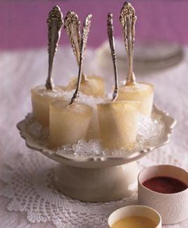 Champagner am Stiel - edles Dessert mit Schokoladen- und Himbeersauce zum Dippen.