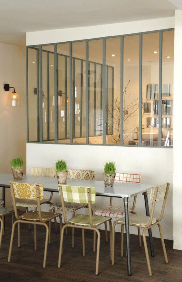 Bonne idée de recouvrir des chaises d'écolier avec des papiers peints vintage… Et j'adore les vitres façon industriel.
