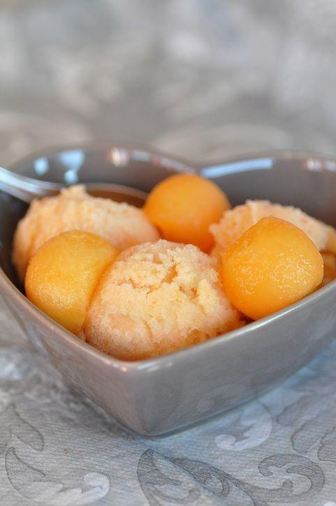 Il fait beau il fait chaud, mangeons de bonnes glaces maison ! Ce petit sorbet est rapide, simple et juste savoureux. Pour 4 personnes : 1 melon bien mur 40 g de sucre en morceau 1 blanc d'œuf très frais Couper le melon en deux et retirer les pépins....
