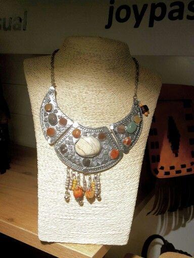 Este collar gargantilla es una de las espectaculares piezas de bisuteria que hemos recibido para esta temporada.  #Bisuteriaetnica #marsvilleshop
