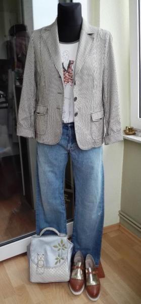 Damen Blazer Beige gestreifte FranK Walder Gr.42.Perfekt Look zu Jeans oder Stoffhose.Damen Blazer Frank Walder: 15€Vord. Lange 63cmGr. 42,Brustweite:110cm,Hüfte:108cm,Schulter:42cmÄrmellange: 62cmKomplet Look Kaufen: € 85Boyfriends Jeans Damen LeeCooper W32 L34. Unisex. 20€Verschluss: KnopfleisteBundweite: ca 88cmHüfte: 114 cmOberteile Zara Gr L 8€Handtasche SONKOi Silver-Beige 32x29x9: 25€Schuhe Gr. 41 (Gebraucht) 24€BanküberweissungVersand 3,89€Privat Verkäufer. Keine Umtausch.
