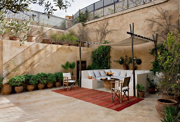 lovely sand-coloured walls on the terrace to take away the white glare ... also like the construction of the sunscreen