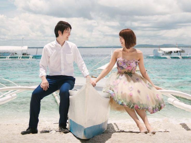 どこまでも透き通った美しい海、パウダーのような白い砂、海に浮かぶ白い船、見渡す限り全てが光輝いてこの上なくパーフェクトなセッティング♡ 今日のウエディングストーリーの舞台は、フィリピン・ボホール島。日本から飛行機で4時間程で行けてしまう大人気のフィリピンで、お二人はハネムーンをしながら後撮り撮影を行いました! まずは船で無人島へ。美しいビーチで魚介類やヤシの実ジュースを味わうのは、格別で最高に楽しいひと時。緑の中を散策したり、シュノーケリングでウミガメやジンベエザメに出会ったり!アクティビティもとっても充実しています☆ そして、花嫁さまのドレスコーデにも注目です。ヴェラウォンの白ドレスはもちろん、Chotronette のお花のドレスがすっごく可愛い♡ 才能あるフォトグラファーKay Salera Photographyによる、目を見張る程美しいフィリピン・ボホール島「後撮りストーリー」を、ここにご紹介致します☆ Philippinesis definitely one of ultimate resorts with white powder sand, clear…