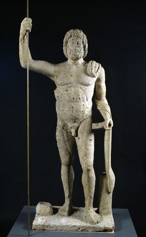 Statue de Jupiter  musée d'Aquitaine. Jupiter, dieu romain assimilé à Zeus, apparaît comme le pouvoir suprême : il préside au conseil des dieux. Il est à l'origine la divinité du ciel qui provoque la pluie, lance foudre et éclairs, et maintient l'ordre et la justice dans le monde.