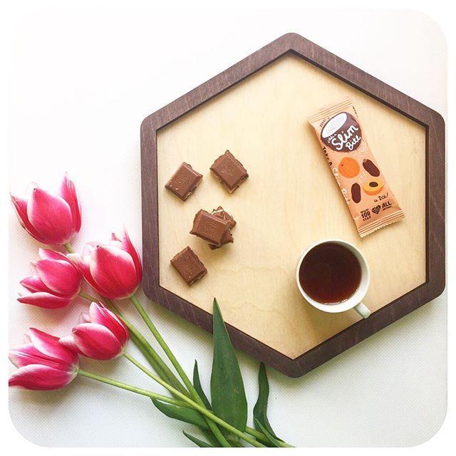 поздний завтрак ☕️ + любимые цветы 🌷 + красивая подача на нашем #woodidea_поднос 🛑 = доброе утро 😌 •  Поднос деревянный, двусторонний, окрашен под состаренное дерево  32х28, 1300₽