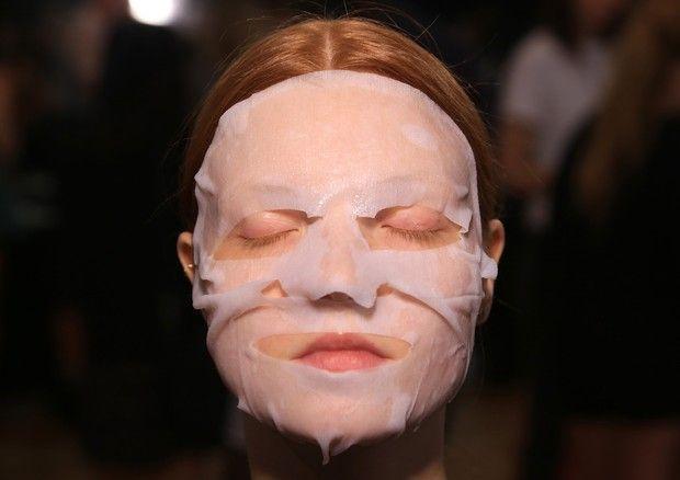 Saiba como fazer em casa sua própria sheet mask, máscara facial de origem coreana