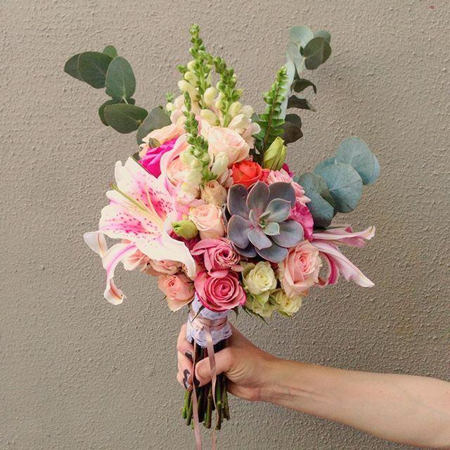 Pequeno porém cheio de personalidade! Mistura de flores, suculentas e cores delicadas! Pra nossa noiva romântica @claudinhamprado  #bouquet #bouquetofowers #buquedenoiva