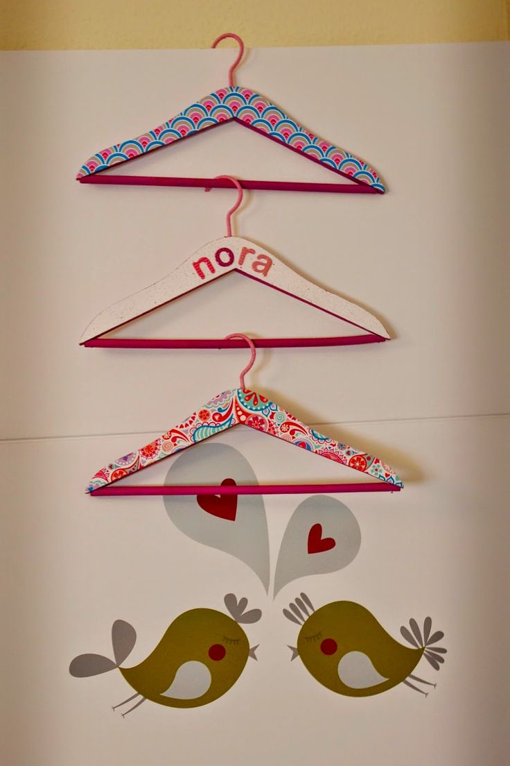 Perchas para niños personalizadas. Forradas con papel. Customized coat hanger for kid