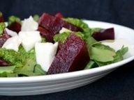 Салат из свеклы с козьим сыром и мятно-рукколовым песто - рецепт кулинарного портала Oede.by