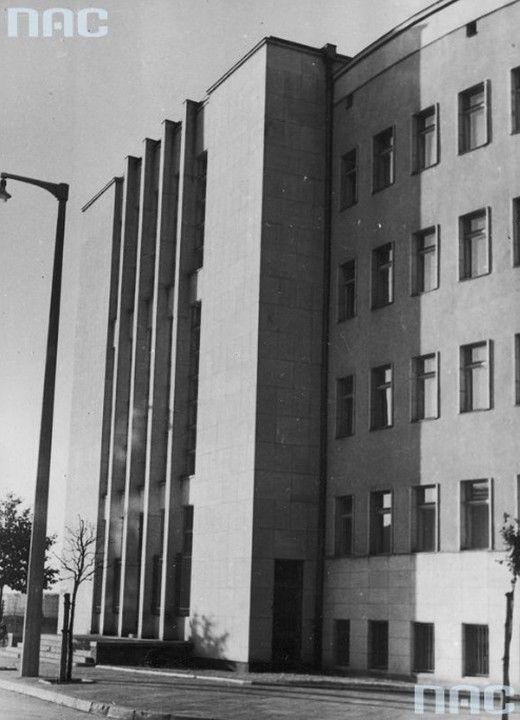 Sąd Okręgowy w Gdyni. Rok 1938 Budynek gmachu sądu zbudowano w 1936 r., stanowił część wielkomiejskiej zabudowy śródmieścia, której wzrost zintensyfikowano w latach 1935–1939. Obiekt zrealizowano według projektu grupy młodych warszawskich architektów: Z. Karpińskiego, T. Sieczkowskiego i R. Sołtyńskiego. Bryła budynku jest półokrągła i symetryczna. Dominującym elementem fasady jest wejście do budynku. Całość wywołuje wrażenie monumentalizmu.