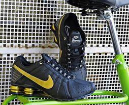 O Tênis Nike Shox Junior confeccionado em material sintético e aplicações em couro, possui palmilha confortável em design anatômico, forro interno acolchoado em nylon.