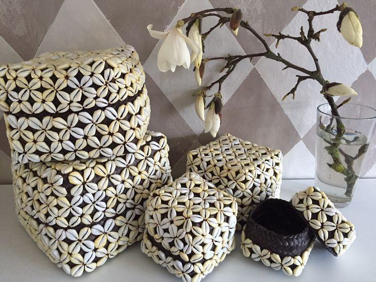 De flotteste kurve som kommer i sæt af 5 stk i forskellige størrelser med påsyet smukke konkylier.  595 kr pr sæt  www.maisonmaison.dk