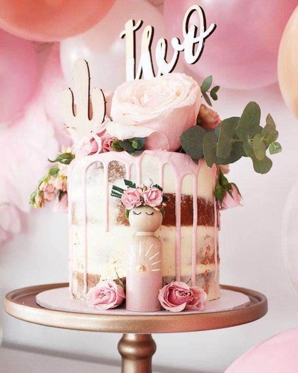 Un naked cake avec des fleurs