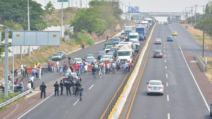 Toman autopista para exigir que se eliminen casetas de cobro en Xochitepec