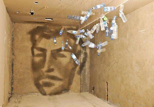"""Nascido no Azerbaijão, o artista Rashad Alakbarov é um verdadeiro """"mestre de sombras"""": utilizando diferentes materiais e objetos translúcidos suspensos, ele usa as sombras e os jogos de luz para criar desenhos nas paredes, que fazem você duvidar de seus sentidos. O artista acaba brincando com a nossa percepção visual e torna bastante complexo o ato de tentar enxergar a composição das suas obras. Você vê os objetos, mas não consegue dizer em que parte da obra entra cada um, de tão criativo é…"""