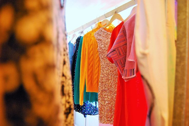 Voor designer handtassen en avondjurken bestonden er al deelsystemen, maar in Nederland duiken nu ook volwaardige kledingbibliotheken op. Het doel? Massaco...