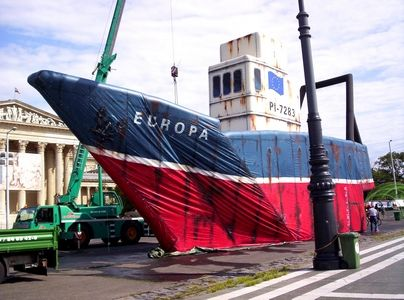Sok-sok viszontagság után megérkezett az Europa PI-7283-as Greenpeace hajó szombat délelőtt Budapestre. A tengerek kifosztása ellen indított tiltakozó kampány során számos európai országot végigjáró hajó kedd estig lesz látható a Hősök terén.       A Greenpeace...