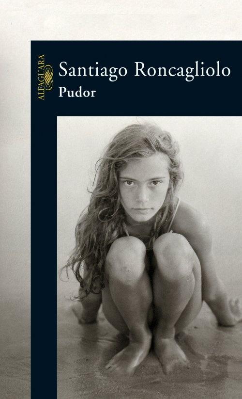 """""""Pudor"""" es una novela con especial arquitectura, un carrusel de imágenes distintas que sin embargo hablan del mismo paisaje. Historias íntimas de miedos y deseos internos, secretos inconfesables, todos y cada uno de ellos atravesados por el pudor.   SANTIAGO RONCAGLIOLO - PUDOR"""
