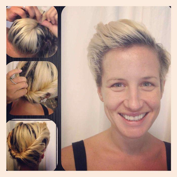 Även korta frisyrer går att sätta upp i vackra håruppsättningar. Det som krävs är mycket hårnålar, hårspray och bra steg för steg-guider. Vi browsade webben efter de mest inspirerande guiderna för vackra håruppsättningar och frisyrer till dig med kort hår, missa inte dem här nedan.