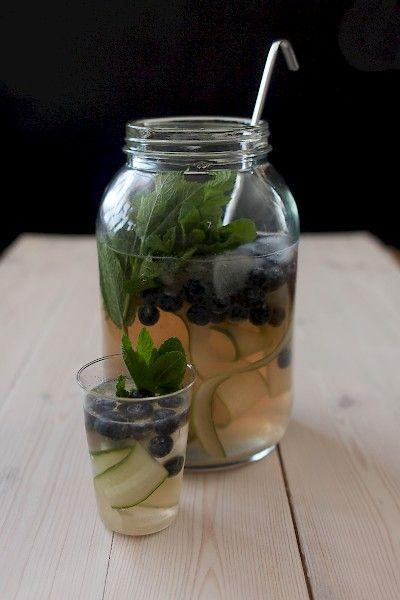 Bowle mit Lillet, Blaubeeren und Gurken