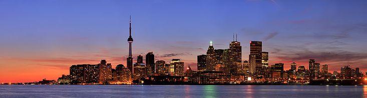 Centro financeiro da cidade à noite.Toronto é o centro financeiro do Canadá, bem como um dos principais centros culturais e científicos. Toronto é o maior pólo industrial, financeiro e de telecomunicações do Canadá. A cidade possui uma das economias mais diversificadas da América do Norte, com a maior concentração de sedes de empresas, instituições culturais e a maior comunidade artística do país.