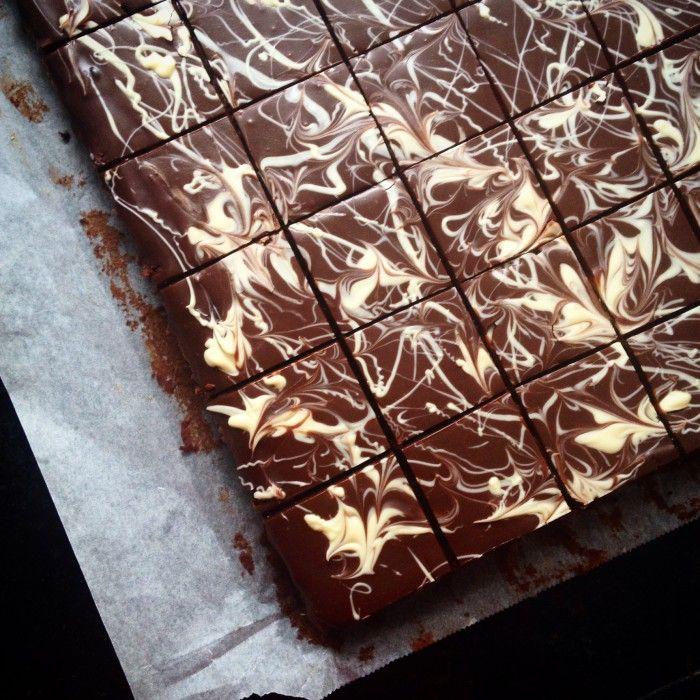 Chocolade Plaatcake, een smeuïge en luchtige cake met een decoratieve chocoladelaag. Het handige is dat dit recept 35 stukjes cake oplevert! Perfect dus voor een traktatie of feest. Voor een kleinere cake (23x23 cm) staan de omgerekende ingrediënten er ook bij.
