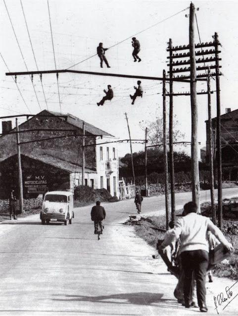 Operarios de Telefónica instalando tendido na Grela, na Coruña (1960)