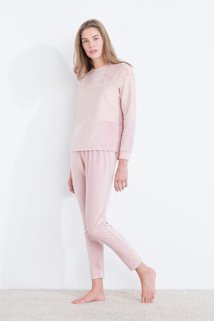 Pijama largo polar ultra suave compuesto por camiseta de manga larga con texturas agradables, y pantalón largo con cinturilla elástica. Disfruta de tus sueños más dulces. | Para dormir | Women´secret