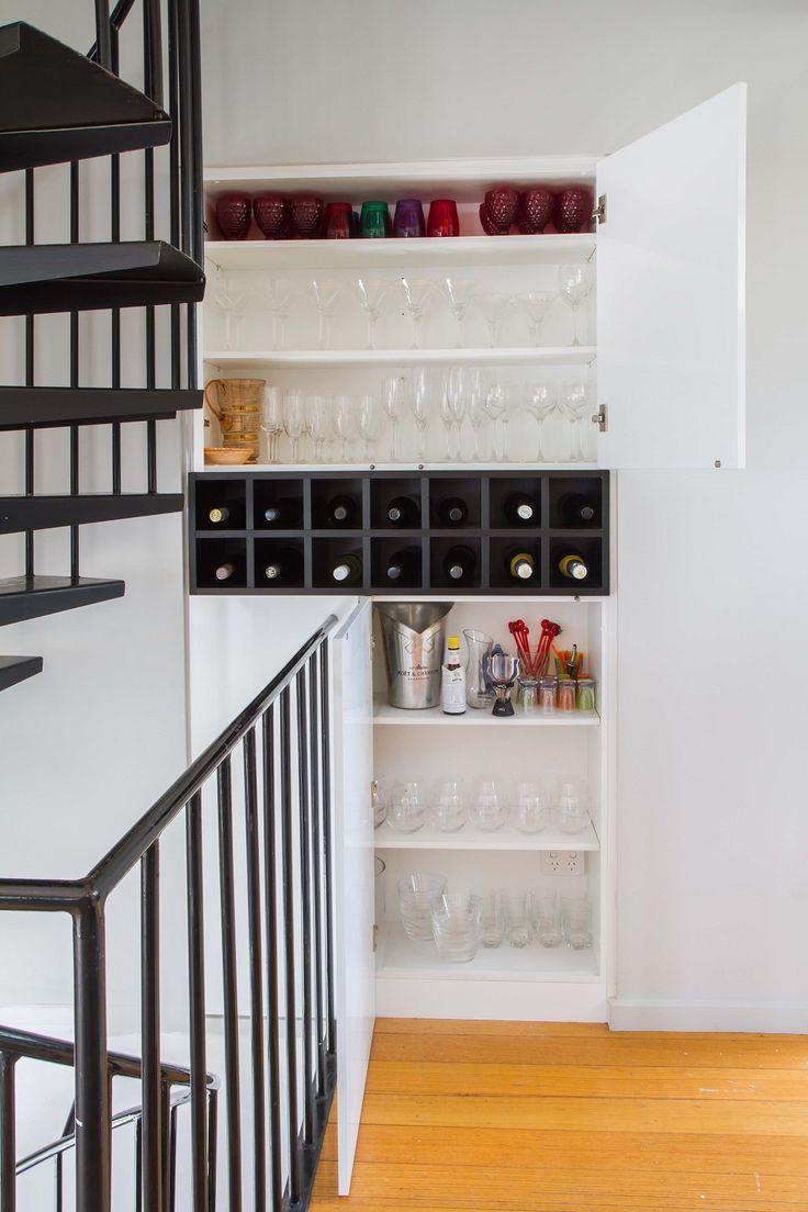A streamlines, minimal kitchen with clean lines and practical storage. www.thekitchendesigncentre.com.au @thekitchen_designcentre