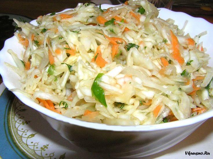 Салат из капусты, гренок, мяса