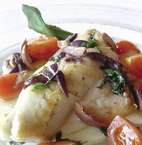 Filetti di branzino con pomodori e olive
