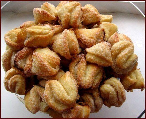 """Творожные печенья """"Поцелуйчики""""  Ингредиенты: 200 гр. мягкого маргарина, 250 гр. мягкого творога  1 ст. муки, ванилин  Приготовление:  1. Маргарин хорошо размять. Добавить творог, муку, ванилин. Тесто раскатывать как можно тоньше.   2. Затем вырезать кружечки стаканом и каждый кружечек мокнуть одной стороной в сахар, сложить сахарной стороной вовнутрь, и так - вчетверо.   3. Верх тоже должен быть в сахаре. Количество сахара зависит от Вашего желания! Печенье можно сильно подрумянить по…"""