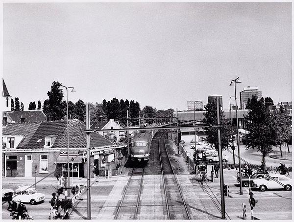 Geheugen van West - Sloterdijk, overweg en station.