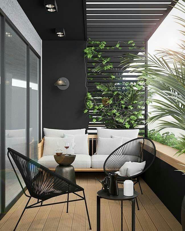 balcon noir esthétique avec des plantes vertes