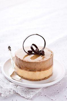 Еще один десерт от японского кондитера, но на этот раз от Hidemi Sugino. Два нежнейших мусса – кофейный и карамельный, в сочетании с ароматным, тающем во рту…