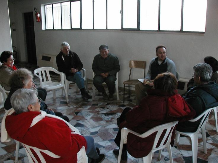 Lì'incontro di narrazione collettiva nel salone parrocchiale di Boschi di Lari nel 2005