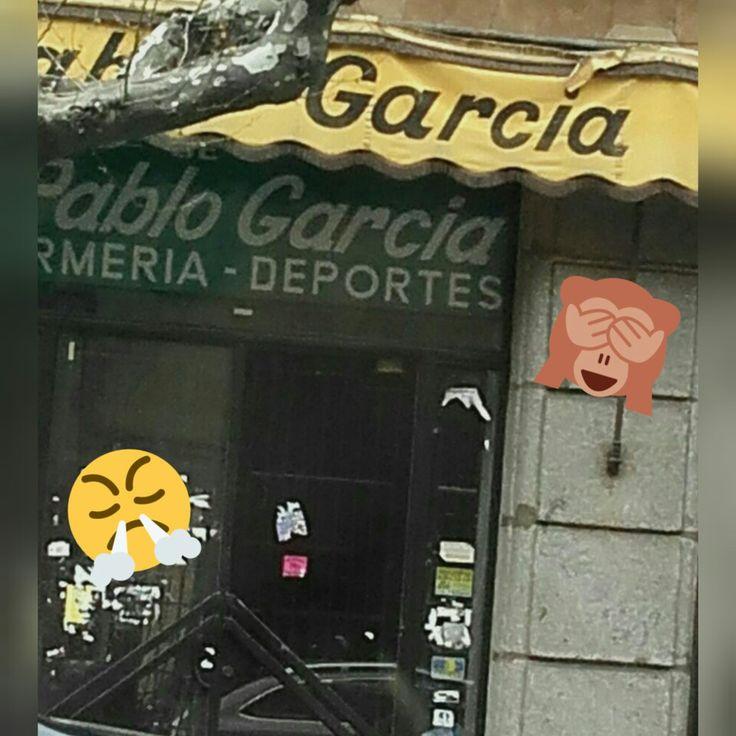 Es triste ver, que ni sus propios apellidos los ponen correctamente. GARCÍA lleva tilde. Este error ortográfico sucede en una tienda de la Gran Vía.