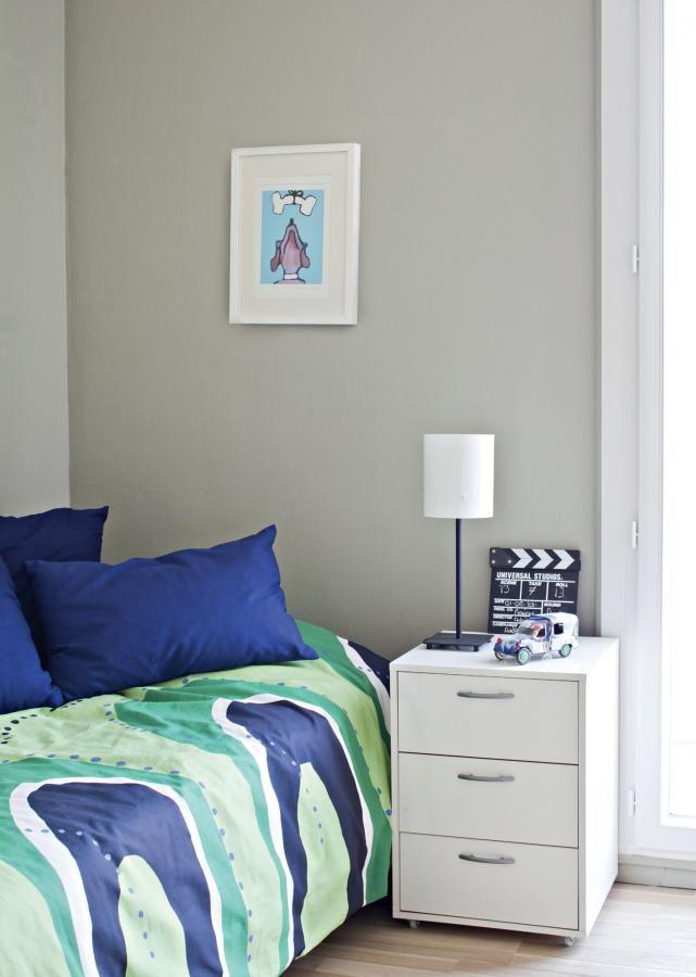 Huone on maalattu Farrow & Ballin vihertävällä mattapintaisella French Gray -sävyllä. Sänkyyn on pedattu Jaana Reinikaisen Finlaysonille suunnittelemat Moreeni-lakanat.  | Funkkista viinitarhan raunioilla | Koti ja keittiö