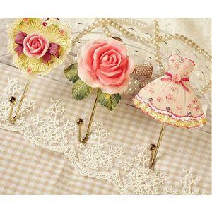 Een juweeltje voor aan de muur, in de badkamer of de slaapkamer. Je kunt kiezen uit een haak met een roos, een jurk of een hart.  Een juweeltje voor aan de muur, in de badkamer of de slaapkamer. Je ku