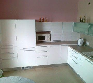 Nízka kuchyňa vyhotovená podľa požiadavky invalidného zákazníka.