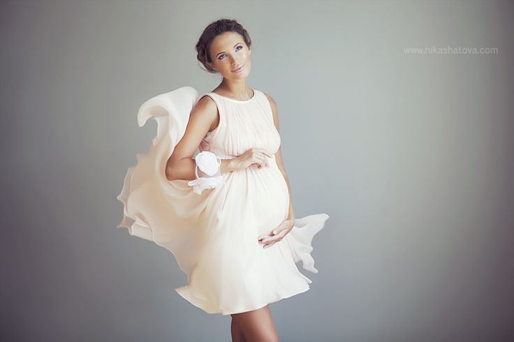 Fotografía creativa de Embarazada con vestido vaporoso volando con el viento