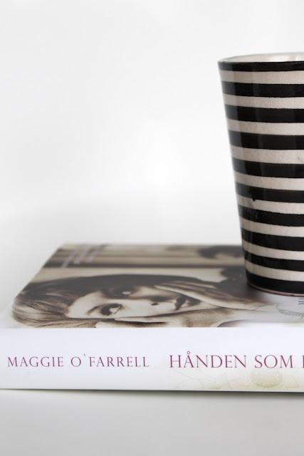 """tonjeboganes.com: """"Hånden som først holdt min"""" er en vakker roman om kjærlighet, livet og håpet. Jeg synes det var flott lesning, fortalt på en drivende, underholdende og spennende måte. Jeg likte hvordan de to parallelle fortellingene ble vevd elegant sammen."""