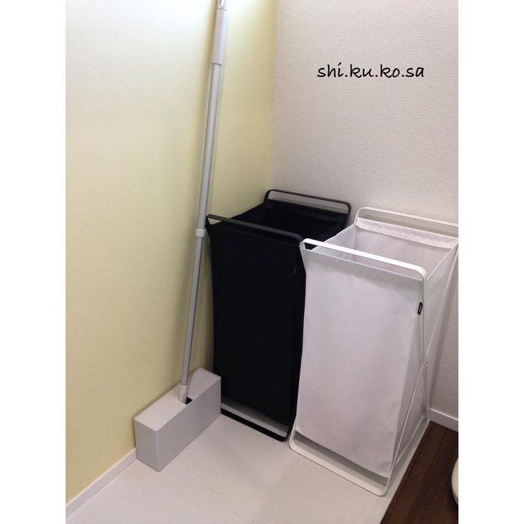 脱衣所 脱いだ洋服を towerさんのランドリーバスケットへ ぽいぽい放り込んで居ます。 黒は仕事着 白はそれ以外 右側洗面 左側お風呂となっています。 無印のお掃除モップ 何処に置けばいいんだろう。。 居場所が無くて結局ここ。 薄い黄色のアクセントクロスいれました☆ ここにもジョイントマット。 #アイスマート #一条工務店#脱衣所#tower#ランドリーバスケット #無印良品 #モップ#アクセントクロス#黄色#シエンタカラーと呼んでいる。#何処にでも#ジョイントマット#しいてあるよ。