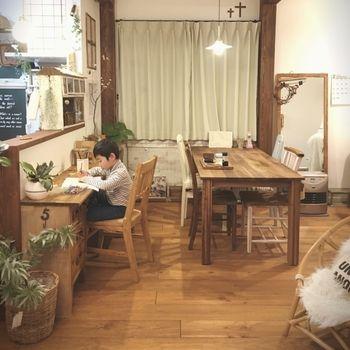 サッと食べたい朝食や、お勉強タイムはカウンターで、家族でゆっくり食事をいただくときはテーブルで、と使い分けできるダイニング。