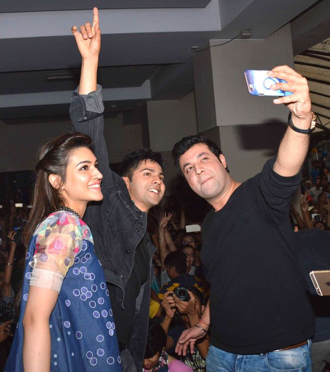 Varun Sharma, Varun Dhawan and Kriti Sanon take a #selfie while promoting #Dilwale at Mithibai College. #Bollywood #Fashion #Style #Beauty #Hot #Handsome