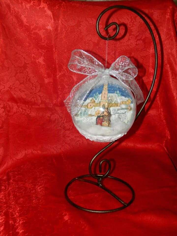 Presepe in miniatura dentro sfera natalizia