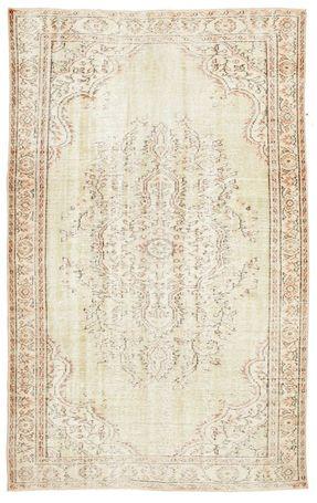 Tapetes Coloured Vintage, feitos de tapetes turcos antigos com pelo menos 20-50 anos. Cada tapete é cuidadosamente selecionado e submetido a processo único de neutralização de cores antes de ser tingido com novas cores vivas.