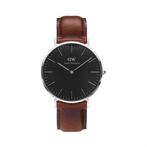 Für einen klassisch dezenten Look - Armbanduhr mit braunem Lederband von Daniel Wellington   Die Designer der Marke Daniel Wellington verstehen sich darauf Uhren zu entwerfen, die absolut zeitlos sind und zu zahlreichen Looks passen. Das große Uhrengehäuse mit seinem edlen Silberglanz ist äußerst flach, was der Armbanduhr eine exklusive Optik verleiht. Das schwarze Zifferblatt bildet einen angenehmen Kontrast zu den silbernen Strichindizes und Zeigern.  Die Uhr für Herren ist bis zu 3 bar…